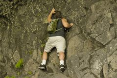 Scalata di roccia dell'uomo Fotografia Stock