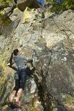 Scalata di roccia della donna abbastanza giovane Fotografie Stock