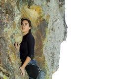 Scalata di roccia della donna abbastanza giovane Fotografia Stock Libera da Diritti