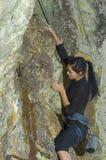 Scalata di roccia della donna abbastanza giovane Fotografia Stock