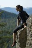 Scalata di roccia della donna abbastanza giovane Fotografie Stock Libere da Diritti