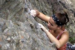 Scalata di roccia della giovane donna Fotografie Stock