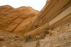 Scalatore che rappelling dalla cascata asciutta Immagini Stock Libere da Diritti