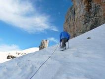 Scalatore che sale su Rolando Breach pyrenees spain fotografia stock