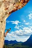 Scalatore che scala una scogliera Fotografie Stock Libere da Diritti