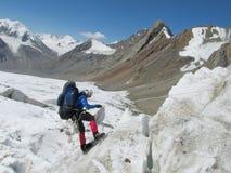 Scalatore che va giù dal ghiacciaio con una corda Immagini Stock Libere da Diritti
