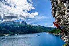 Scalatore circondato da un paesaggio meraviglioso Fotografia Stock Libera da Diritti