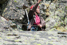 Scalatore con la corda sull'itinerario della montagna Fotografia Stock Libera da Diritti