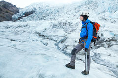 Scalatore dell'alpinista sul ghiacciaio Fotografia Stock