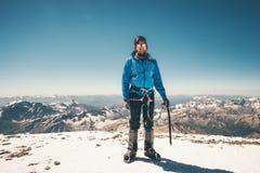 Scalatore dell'uomo sulla sommità dell'alta montagna Fotografie Stock Libere da Diritti
