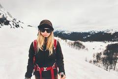 Scalatore della donna che fa un'escursione in montagne Fotografie Stock