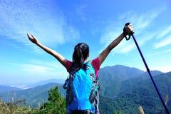 scalatore della donna del picco di montagna Fotografia Stock Libera da Diritti