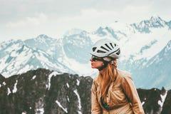 Scalatore della donna in montagne con lo stile di vita di viaggio dell'ingranaggio del casco Immagine Stock Libera da Diritti