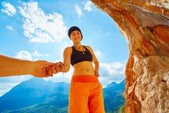 Scalatore della ragazza in una caverna Fotografia Stock Libera da Diritti