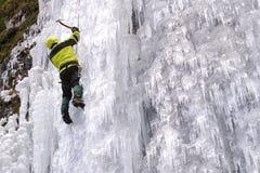 Scalatore di ghiaccio con l'ascia di ghiaccio Fotografia Stock Libera da Diritti
