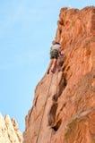 Scalatore di montagna della roccia che prende i leasons rampicanti Immagini Stock