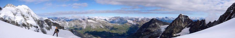 Scalatore di montagna maschio su un alto ghiacciaio alpino con una grande vista del paesaggio fantastico della montagna dietro lu fotografie stock libere da diritti