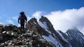 Scalatore di montagna sul suo modo alla sommità della montagna di Eiger nelle alpi svizzere Immagini Stock Libere da Diritti