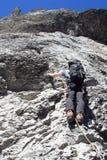 Scalatore di montagna sul suo modo alla sommità della montagna di Eiger nelle alpi svizzere Fotografia Stock