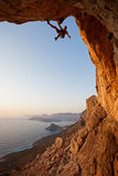 Scalatore di roccia al tramonto immagine stock libera da diritti