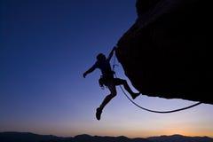 Scalatore di roccia che ciondola. fotografia stock