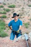 Scalatore di roccia di Rapelling Fotografia Stock