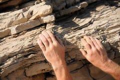 Scalatore di roccia - mani Immagine Stock