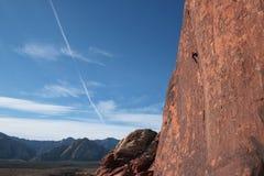 Scalatore di roccia sulla scogliera Immagini Stock