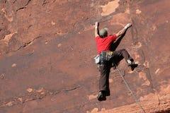 Scalatore di roccia sulla scogliera Fotografie Stock