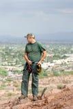 Scalatore di roccia sulla sporgenza della montagna Fotografie Stock