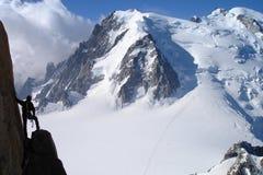 Scalatore e montagna Fotografia Stock