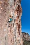 Scalatore estremo maschio maturo che si alza sulla parete rocciosa Fotografia Stock