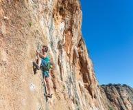 Scalatore estremo maschio maturo che si alza sulla parete rocciosa Fotografia Stock Libera da Diritti