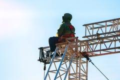 Scalatore industriale negli st di seduta dell'uniforme su una struttura edile Immagine Stock Libera da Diritti