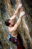Scalatore maschio della roccia Immagine Stock