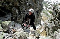 Scalatore sorridente sull'itinerario dell'alpinista Fotografia Stock Libera da Diritti