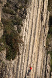 Scalatore su una parete della roccia Fotografia Stock