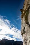 Scalatore su una parete rocciosa. Fotografia Stock