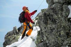 Scalatore sull'itinerario dell'alpinista Immagini Stock Libere da Diritti