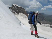 Scalatore sull'itinerario dell'alpinista della neve Fotografia Stock Libera da Diritti