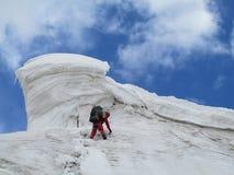 Scalatore sull'itinerario dell'alpinista della neve Immagine Stock Libera da Diritti