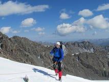 Scalatore sull'itinerario dell'alpinista della neve Fotografie Stock Libere da Diritti