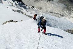 Scalatore sull'itinerario dell'alpinista della neve Immagine Stock