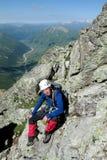 Scalatore sull'itinerario di pietra della montagna Immagine Stock Libera da Diritti