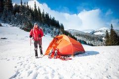 Scalatore vicino alla tenda con le racchette da neve Fotografie Stock Libere da Diritti