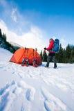 Scalatore vicino alla tenda con le racchette da neve Fotografia Stock Libera da Diritti