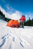 Scalatore vicino alla tenda con le racchette da neve Immagini Stock Libere da Diritti