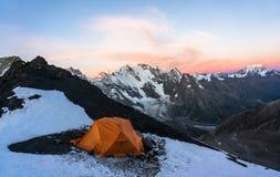 Scalatori arancio soli della tenda negli alti moutains Immagine Stock Libera da Diritti