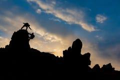 Scalatori di montagna al picco Immagini Stock