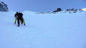 Scalatori di montagna sul fronte del nord di Gran Paradiso Immagini Stock Libere da Diritti